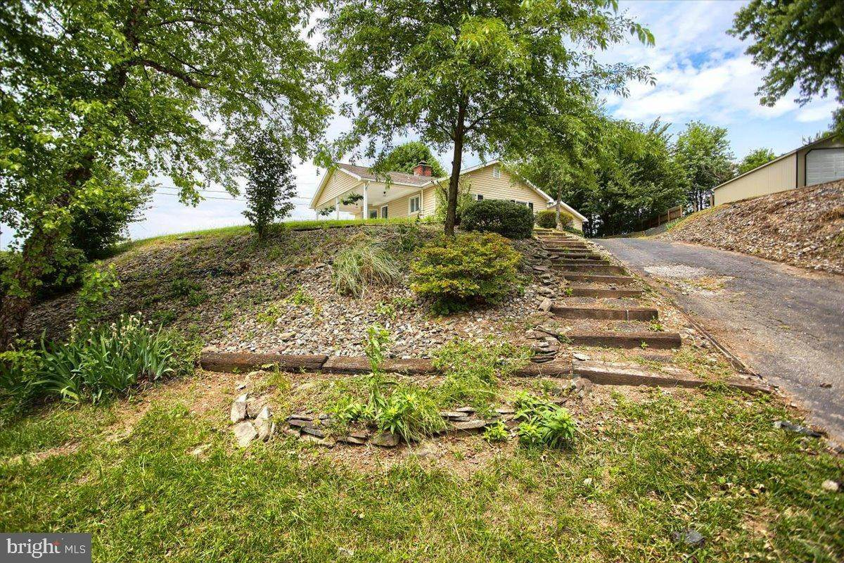 6. Residential for Sale at 4 HARTWICKE Drive Quarryville, Pennsylvania 17566 United States