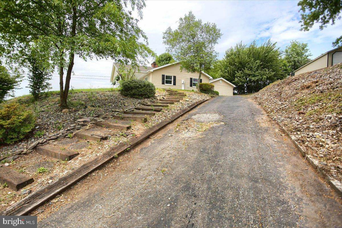 8. Residential for Sale at 4 HARTWICKE Drive Quarryville, Pennsylvania 17566 United States